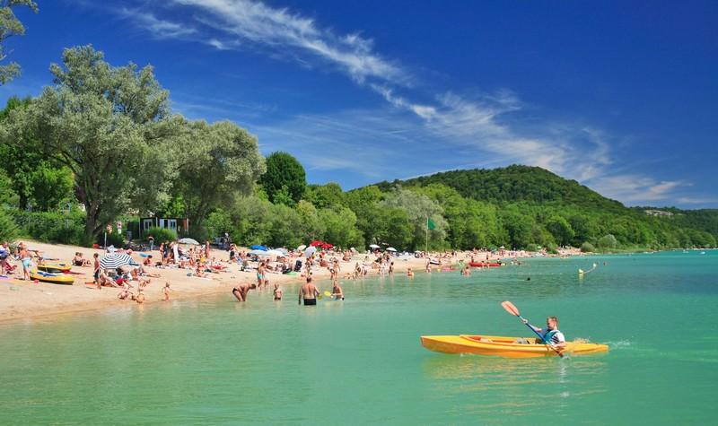Faites vos bagages, le lac de Chalain vous reçoit cet été